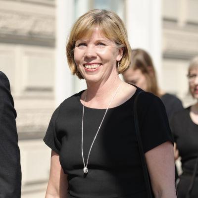 Anna-Maja Henriksson kävelemässä Presidentinlinnasta Säätytalolle.