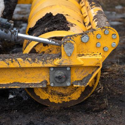 Turvetuotannossa käytettä rulla traktorin perässä.