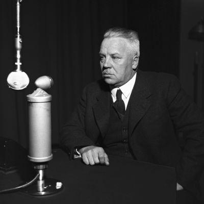 Puolustusministeri Juho Niukkanen todennäköisesti Fabianinkadun radiotalon studiossa.