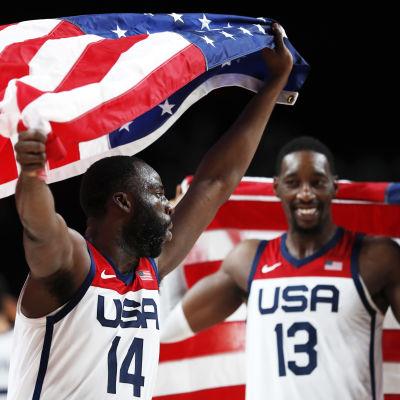 Amerikansk basketspelare bär USA:s flagga på sina armar.