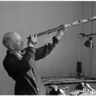 Mies tarkistaa kivääriä