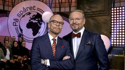 Luuk och Lindström poserar i studion och ler in i kameran.