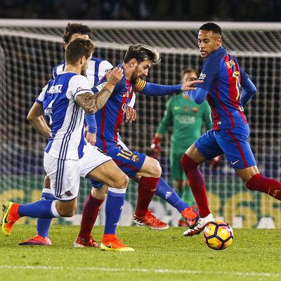 Lionel Messi passar bollen.