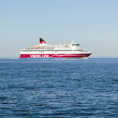 Rödvit passagerarfärja med texten Viking Line till havs. Fartygets namn är M/S Gabriella