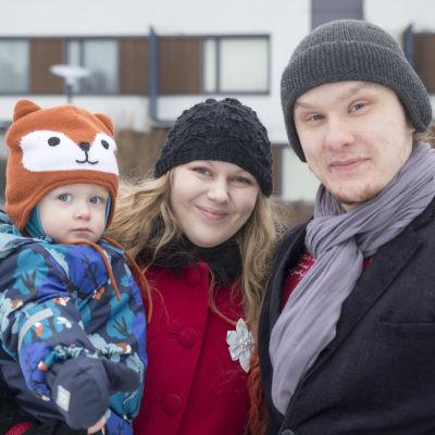 Valo, Cecilia ja Niko viettävät pikkulapsi arkea Vuosaaressa.