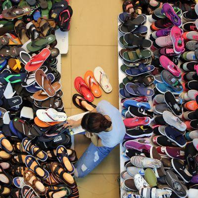 Skoförsäljare vid marknad i Vietnam. Vietnam har sedan mitten av 1990-taöet öppnat upp sin ekonomi och lockat till sig utländska investeringar.