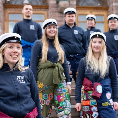 Turun yliopiston ylioppilaskunnan hallitus ylioppilaslakit päässä.