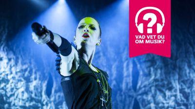 Shirley Manson har en mikrofon i sin utsträckta hand.