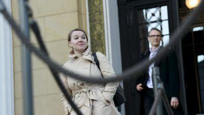 Finansminister Katri Kulmuni (C) på väg ut ur Ständerhuset efter regeringens förhandlingar den 13 maj 2020.