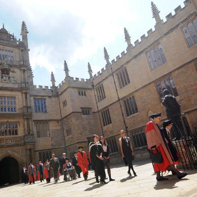 Aung San Suu Kyi saapuu vastaanottamaan kunniatutkintoaan Oxfordin Yliopistoon 2012