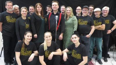 En gruppbild med 17 av medlemmarna i Bo i Billnäs orkester.