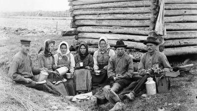 Människor i Övermark kyrkby, ca 1910.