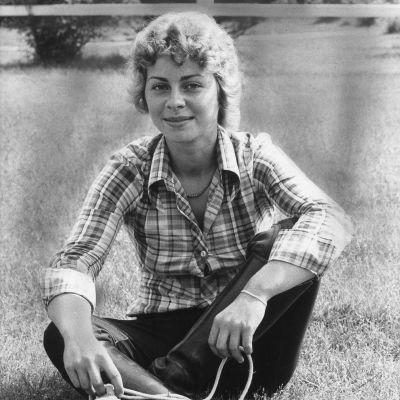 Ursula von der Leyen nuorena istuu nurmikolla.