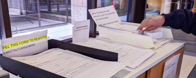 Te-toimiston aulassa on lomakkeita ja kirjekuoria, joilla voi ilmoittautua työttömäksi työnhakijaksi.