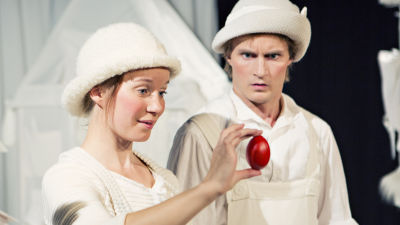 Lurvis (Julia Johansson) och Rynkel (Jakob Johansson) förundras över det röda ägget.