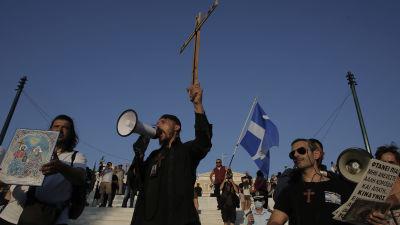 Vaccinskeptiker deltog i en demonstration utanför parlamentsbyggnaden i centrala Aten på onsdagen.