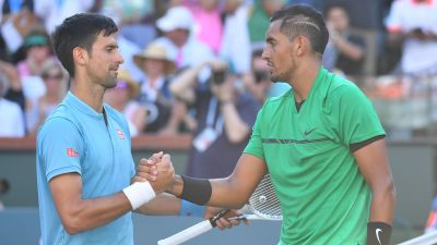 Novak Djokovic skakar hand med Nick Kyrgios efter en match 2017.