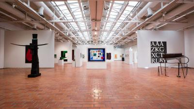 Överblick av utställningen på Björneborgs konstmuseum.