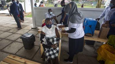 Nainen rokotettavana ulkona katoksessa.