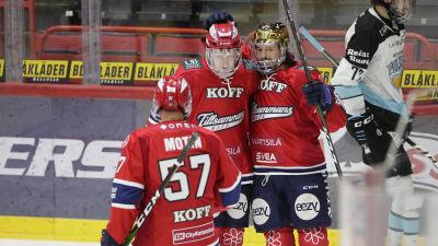 Johan Motin, Teemu Tallberg och Alex Broadhurst firar HIFK:s mål.