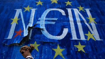 En graffitimålning i Aten med ordet nej på tyska.