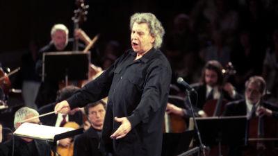 Mikis Theodorakis leder en orkester vid den antika teatern Herodium Atticon 2001.