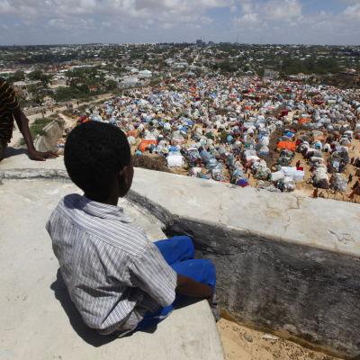 Pojke tittar ut över Mogadishu.