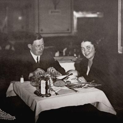 Aino ja Alvar illallisella Wienissä.