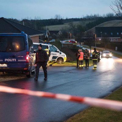 Sex personer hittades döda i ett bostadshus i Danmark. Polisen utanför huset.