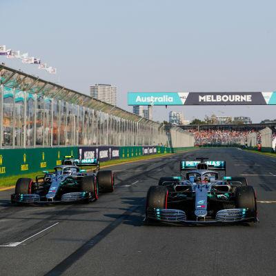 De två Mercedesbilarna bredvid varandra i tidskvalet i Australien.