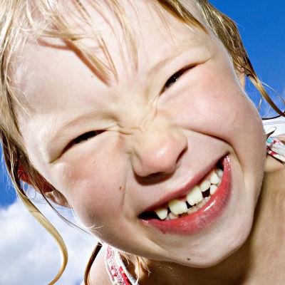 Lapsi nauraa.