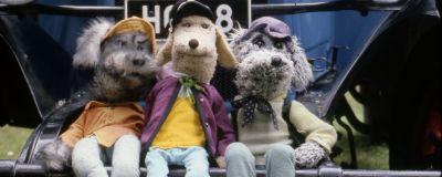Karvakuonot Riku, Eno-Elmeri ja Ransu Tassu-auton nokalla istuskelemassa.