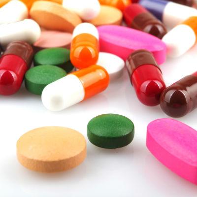 En hög av färgglada piller.