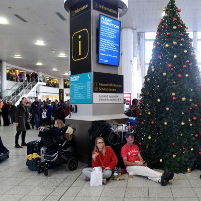 Passagerare strandsatta på Gatwick flygplats inför julen 2018.