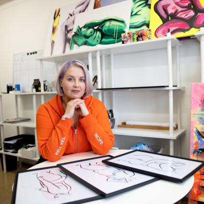 Mari Korpela työhuoneessaan teostensa ympäröimänä