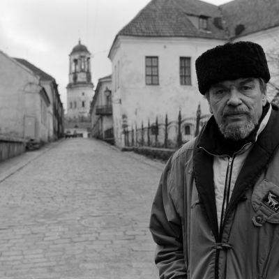 """Yleisradion television-ohjelma """"Dokumenttiprojektin historiankirja: Wiipurini"""".  Toimittaja Eeli Aalto Viipurissa."""