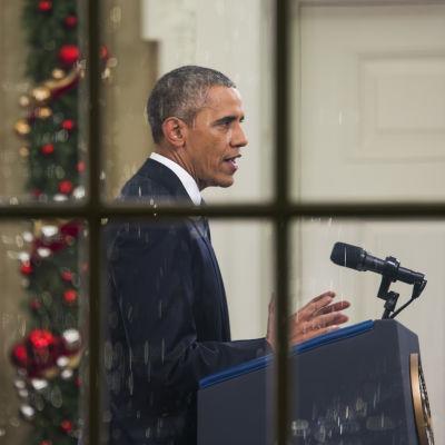 Barack Obama håller tal från Ovala rummet den 6 december 2015.
