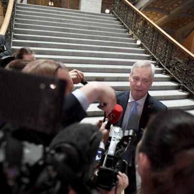 Antti Rinne intervjuas av journalister.