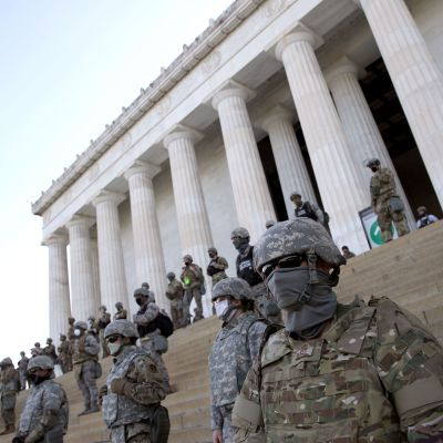Yhdysvaltain kansalliskaartin jäseniä Lincolnin muistomerkillä Washingtonissa 2. kesäkuuta.