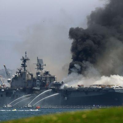 Släckningsarbetet pågår vid landstigningsfartyget USS Bonhomme Richard vid flottbasen i San Diego.