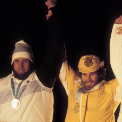 Juha Mieto, Thomas Wassberg ja Ove Aunli Lake Placidin olympialaisten 15 kilometrin hiihtokilpailun palkintojenjaossa.