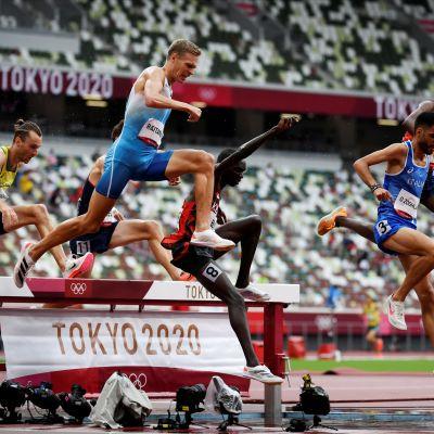 Topi Raitanen 3000 metrin estejuoksun alkuerissä Tokiossa