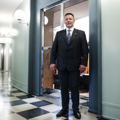 Juha Mäenpää Eduskunnan käytävällä.