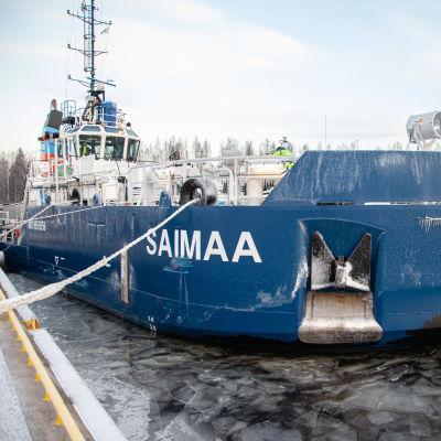 Calypso -hinaajan keulaan kiinnitetty jäätämurtava irtokeula Saimaan kanavassa.
