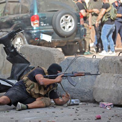 Skottlossningen ska ha börjat i stadsdelen Tayouneh, i södra Beirut. En stadsdel som domineras av kristna. Här en shiamuslimsk milis som gav sig in i eldstriden i Tayouneh på torsdagen.