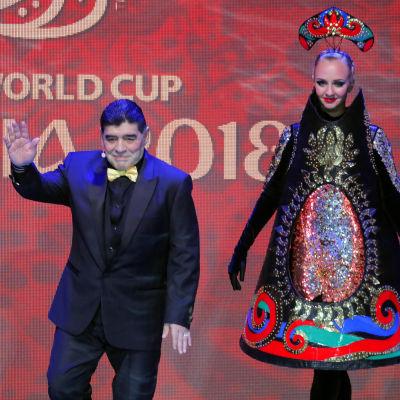 Diego Maradona gör sig redo för att lotta grupperna.