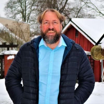 Fredrik Martin ute på en snöig gårdsplan.