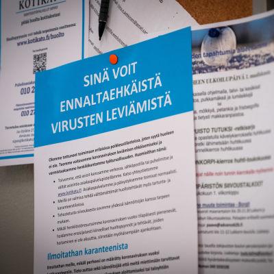 Koronaohje taloyhtiön ilmoitustaululla, Sipoossa 17.3.2020.