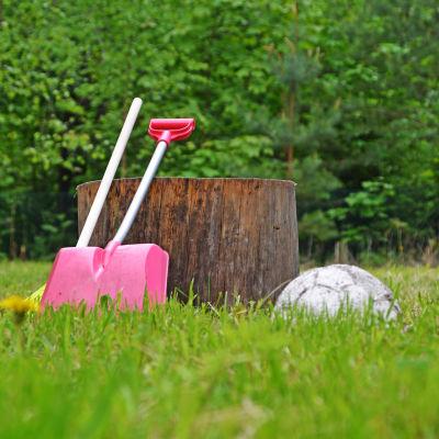 Spade och kratta i gräs