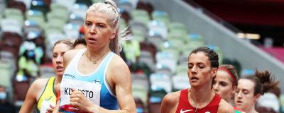 Sara Kuivisto i ljusblå landslagsdräkt löper i kurvan.